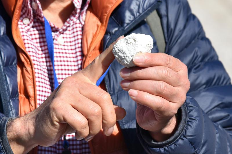 蒸気で石のなかの鉄分やミネラルが溶け出し白くなっているとのこと