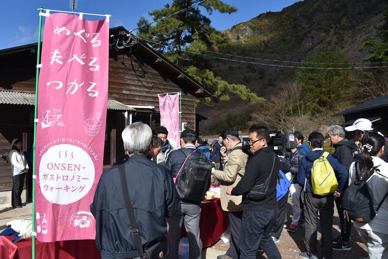 「塚原温泉 火口乃泉」ではイベントののぼりを目印に名物に舌鼓