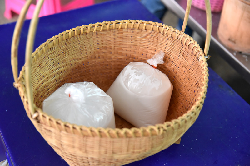 絞りたてのココナッツジュースを2袋購入。昔ながらのカゴに入れる