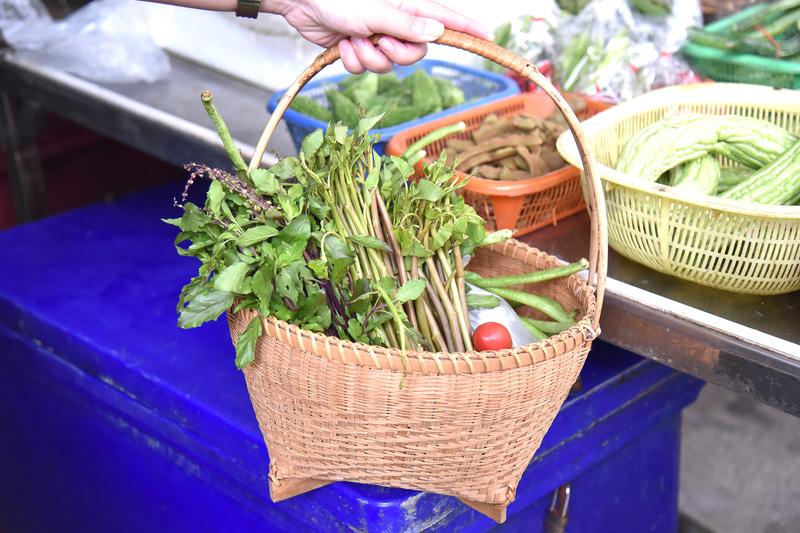 30分ほどの買い物で空芯菜、長インゲン、ホーリー・バジル、トマト、ココナッツミルクを購入
