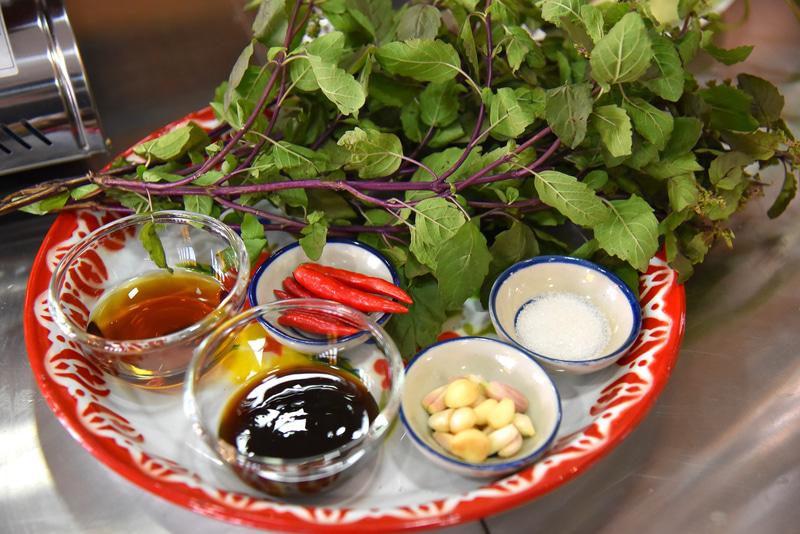 「ガパオ」で使う調味料一式。ホーリー・バジルは形も茎の色も日本で見るものと違う