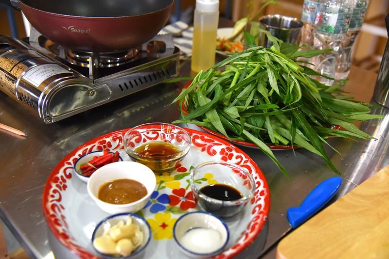 空芯菜の茎をプチプチちぎり食べやすい大きさに。調味料に味噌も使う