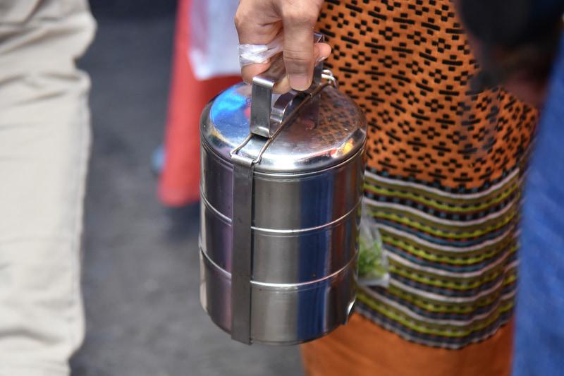 お寺にて「タンブン」に向かう人々の手にはピントが握られていた