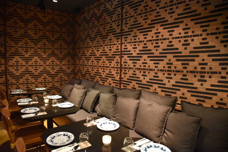 予約をしておくと2階に案内。ソファ席でのんびり食事も