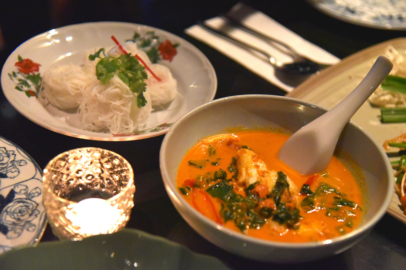 「ゲーン・クラブミート・バイ・シャップー」はご飯か米麺で味わう