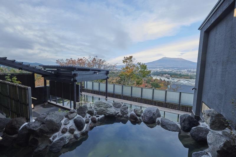「木の花の湯」「大湯」の露天風呂
