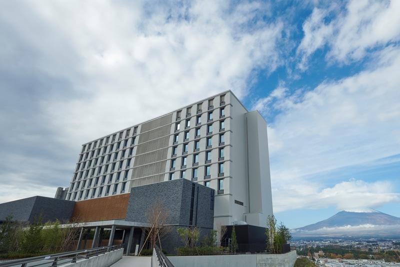 「HOTEL CLAD」外観と富士山