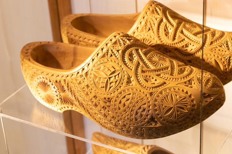 こちらも観光客に人気の木靴工房。伝統的な木靴から芸術性の高い木靴まで、幅広い作品が展示されている