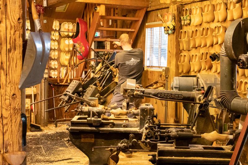 工房では木靴の製作も実演している