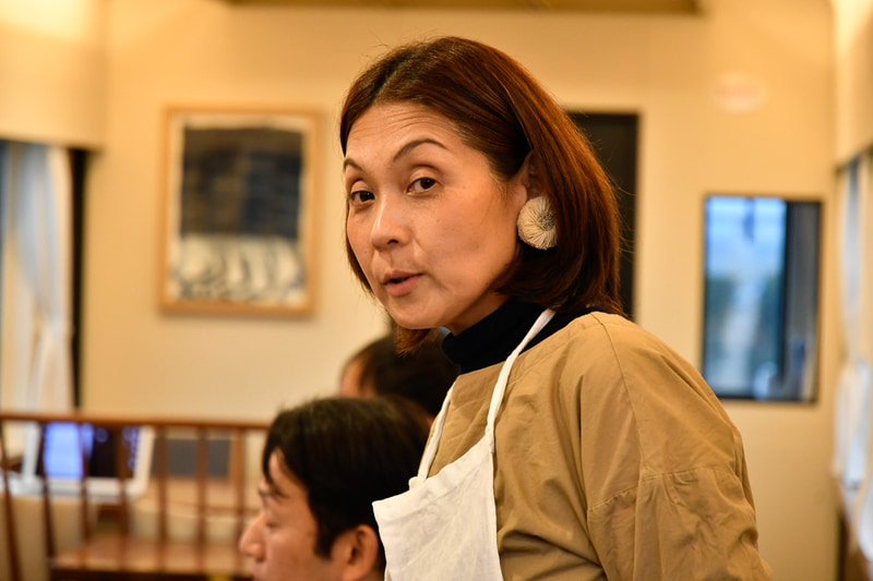 コースを監修した料理家の松竹智子氏が試作料理を説明