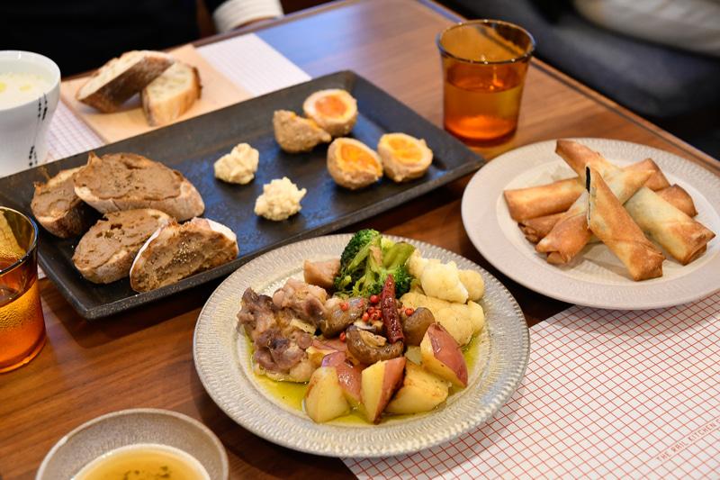 久留米市・小郡市・うきは市といった筑後エリアの食材をメインに使用。レバーパテやバゲット、サラダなど「地域」を感じられる素材と味にしたという。この試食を経て、最終調整する