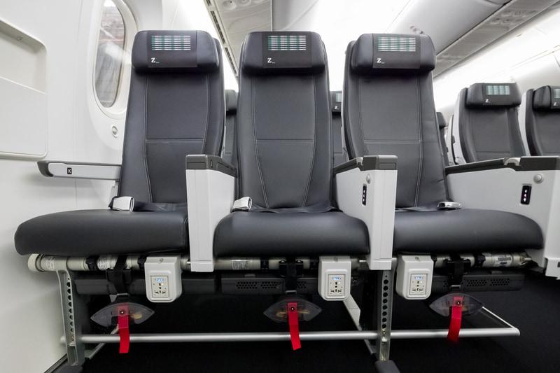 非常口座席。電源は足下、CA呼び出しボタンや読書灯スイッチはアームレストに備える