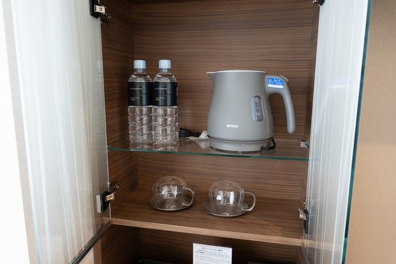 戸棚の中に電気ケトルと水など