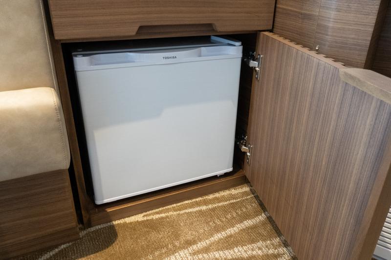 冷蔵庫は扉で隠してある