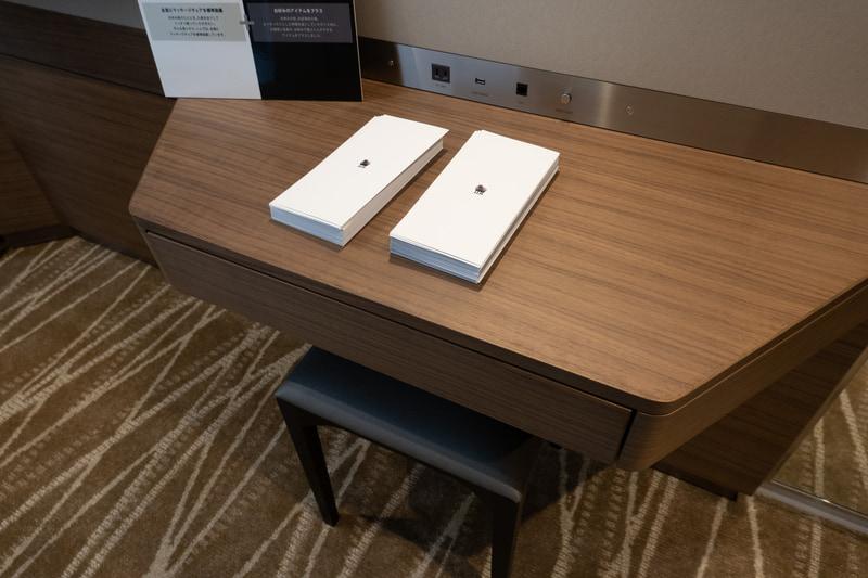 ノートPC作業にちょうどよいサイズのテーブル。部屋によって位置は異なる