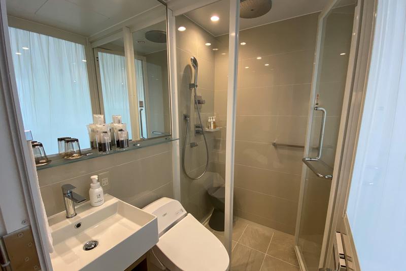 ダブルルームの浴室