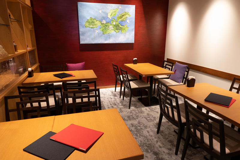 2階のレストラン「ニャーヴェトナム・プルミエ銀座」。ホテルを通らず直接入店するための階段と入口も用意している