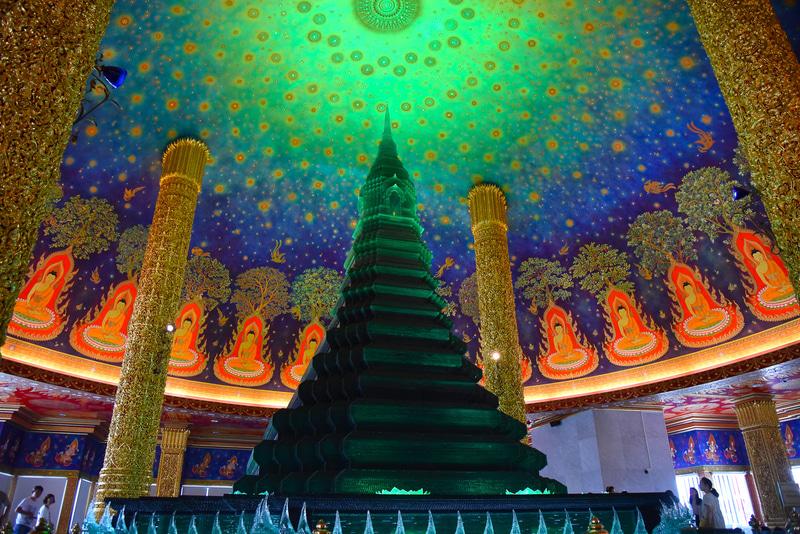 「ワット・パークナム」内の大仏塔の美しい天井画は必見