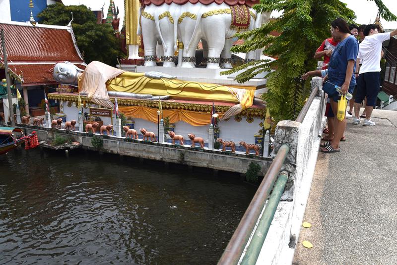 「ワット・パークナム」横の川を渡ると涅槃像が見えてくる