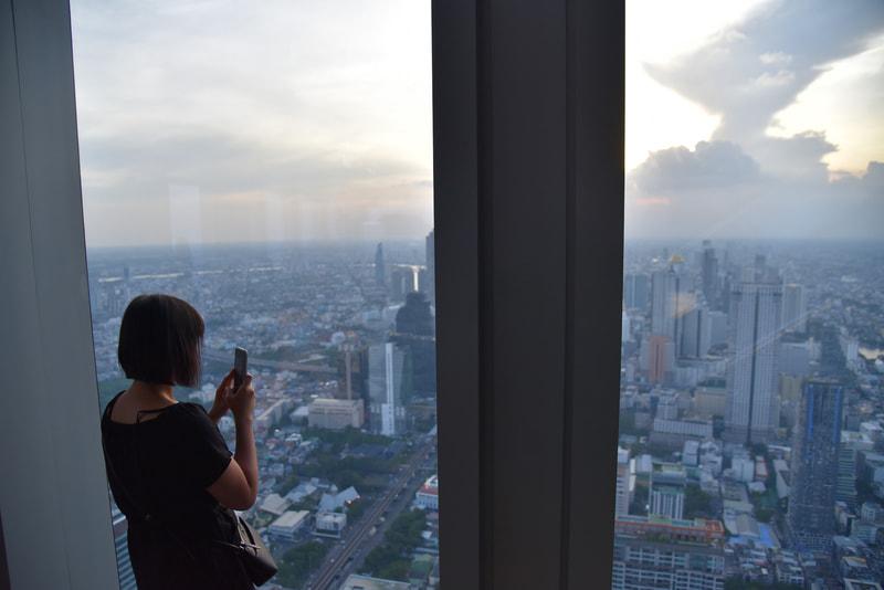74階の屋内展望エリアはゆったり景色が楽しめる静けさ