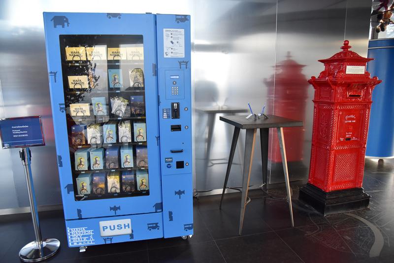 ポストとポストカードの自販機を設置