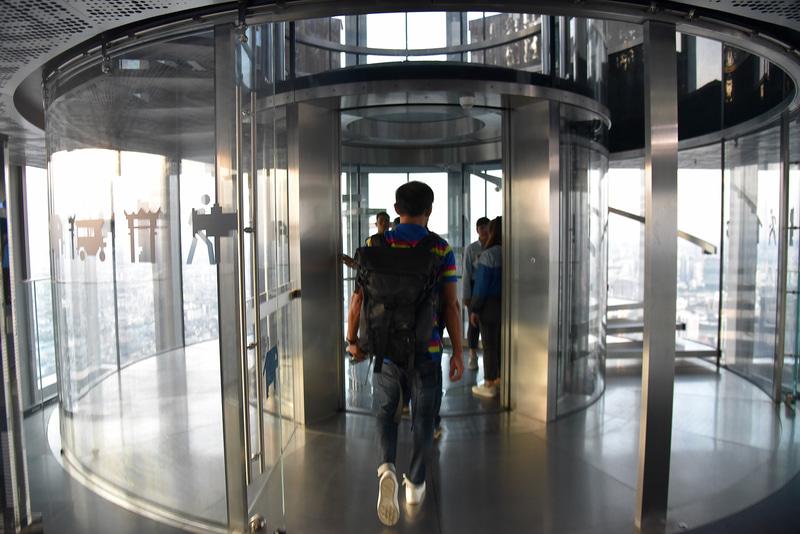 ガラス張りのエレベーターで78階を目指す