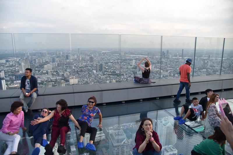 地上約310m、世界最大級のガラストレイ。皆、笑顔で記念撮影