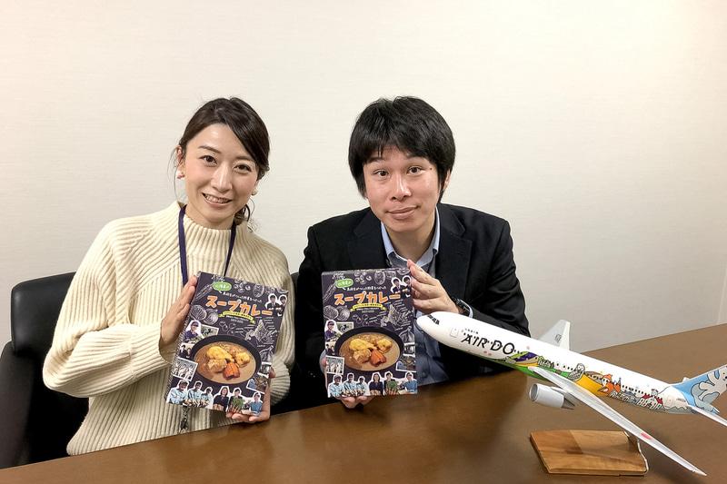 株式会社AIRDO 運送本部客室部客室業務グループ 今鉾康生氏(右)と山下朋恵氏(左)