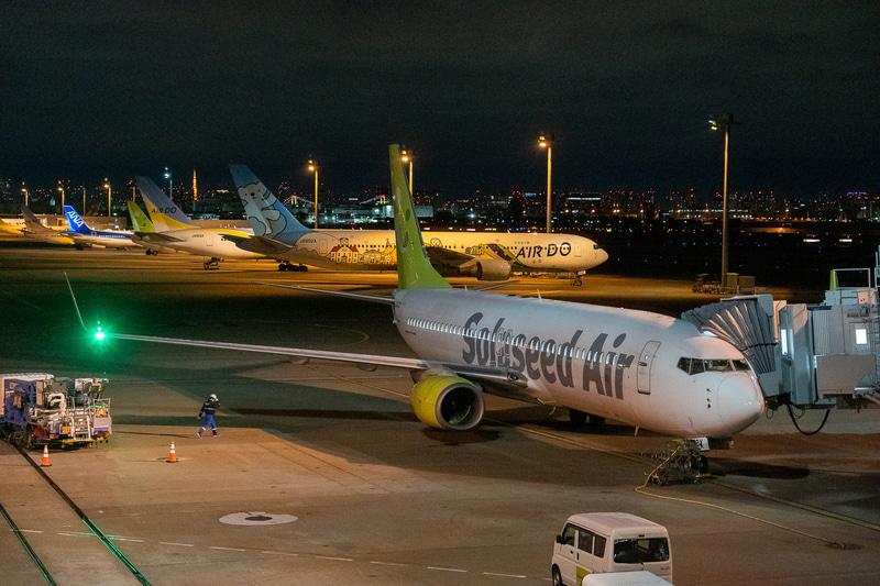 乗り込むのはボーイング 737-800型機。外はまだ真っ暗です
