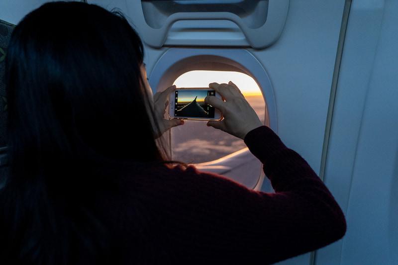 スマートフォンでがんばって撮影する乗客の皆さん