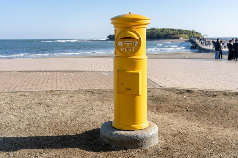 宮崎の観光名所、青島に到着。こちらは向かいの青島海岸にある「幸せの黄色いポスト」