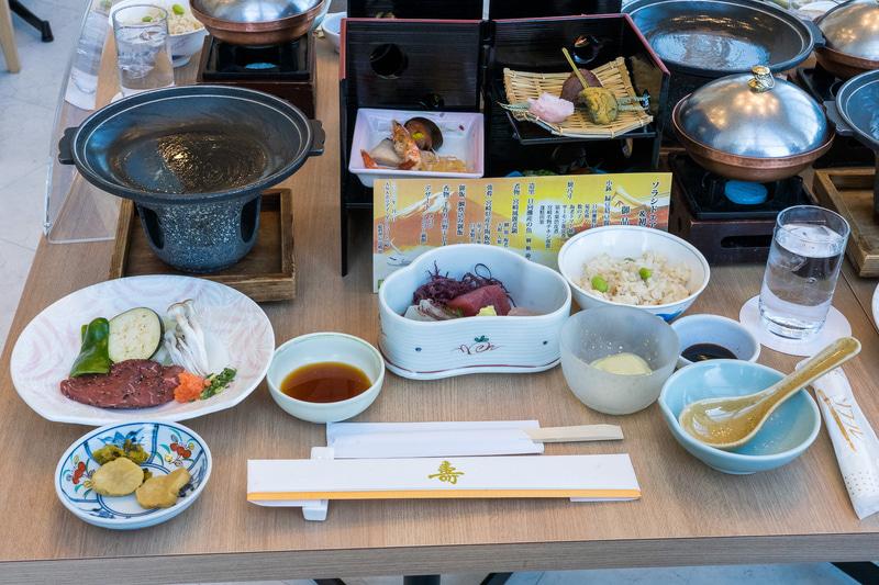 宮崎県産の牛陶板焼きなど全8品の豪華会席ランチ