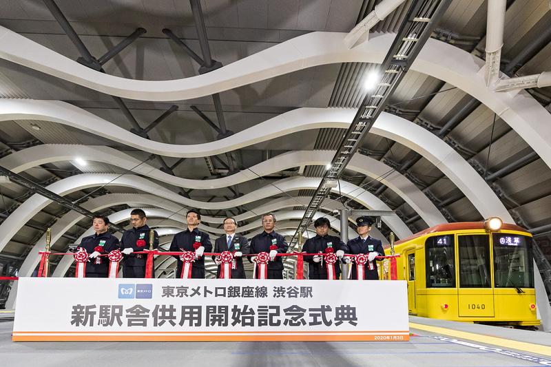 新駅舎供用開始式典ではテープカットを実施した