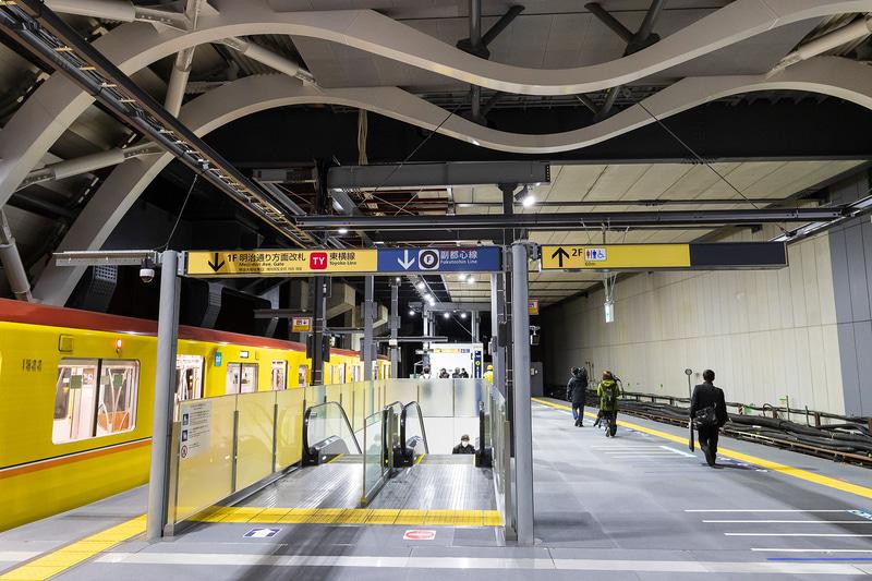渋谷ヒカリエ側に設置されるエスカレーター。奥に階段がある