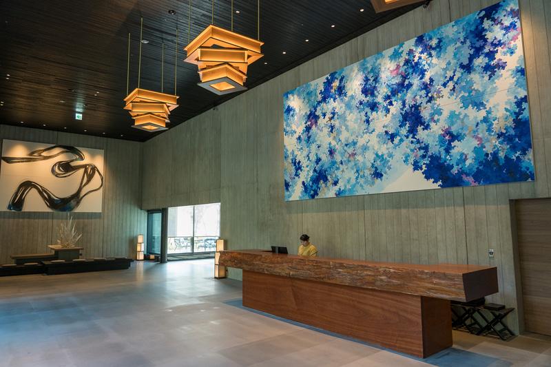 天井が高く開放的な雰囲気のレセプション