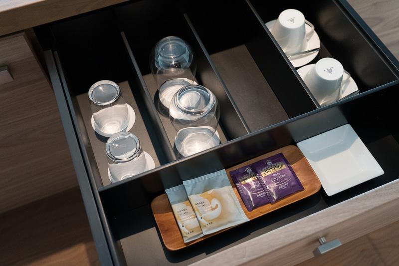 冷蔵庫の飲み物(有料)のほかに、フリーのミネラルウォーターやコーヒー、紅茶などが揃っています