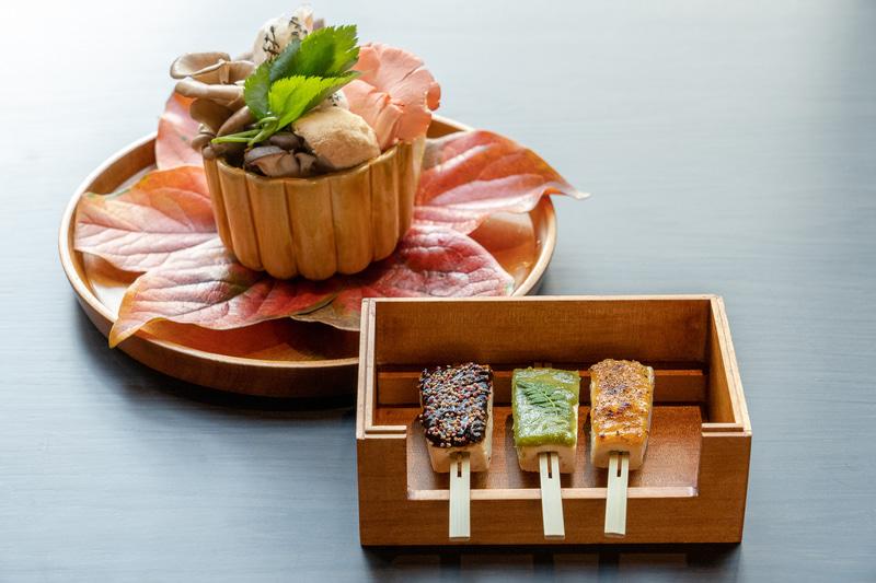 左は香りが楽しめる「旬魚と茸の壷蒸し」。右は焼物の「お豆腐の三彩田楽」