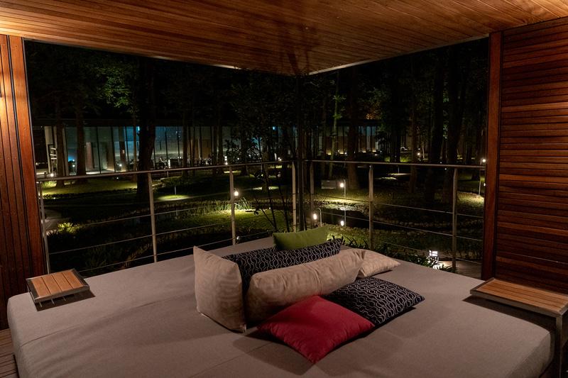 夜のガゼボはこれまた素敵な空間に変身