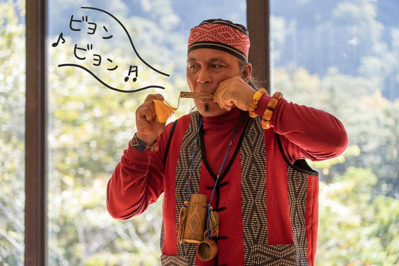 講師は谷關に暮らすタイヤル族の文化伝承の第一人者Popawさん。奏でる口琴の音は素晴らしい!