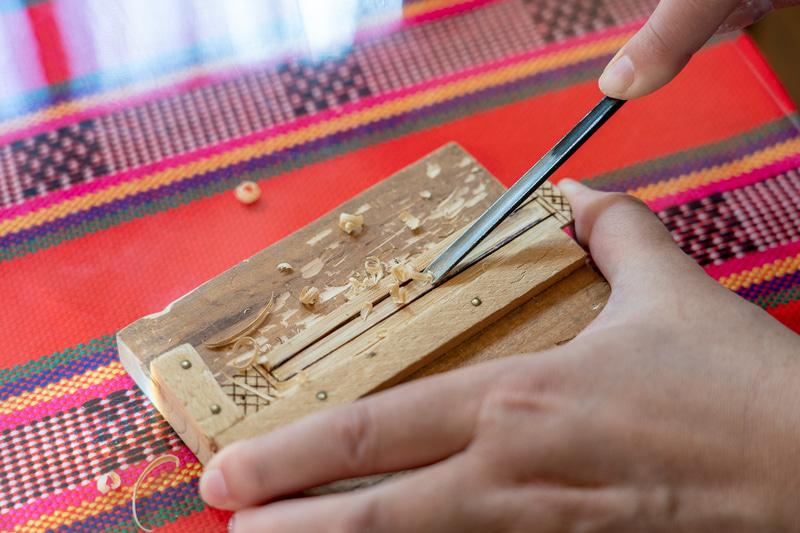 彫刻刀で竹を削っていきます。割ってしまわないかヒヤヒヤ