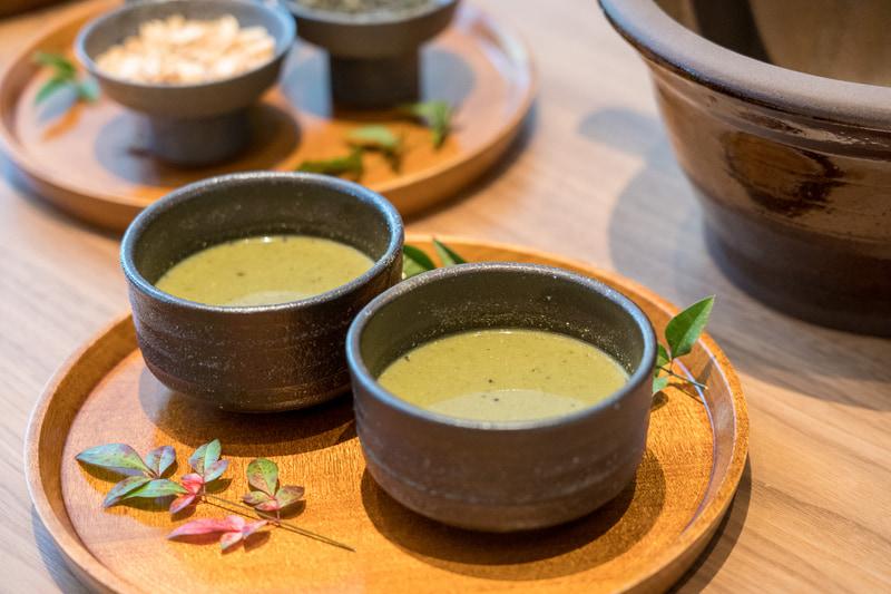 「食べるお茶」として知られる「擂茶(れいちゃ)」体験も。このお茶には緑茶、胡麻、ピーナッツをすり鉢で擦ったものが入っています