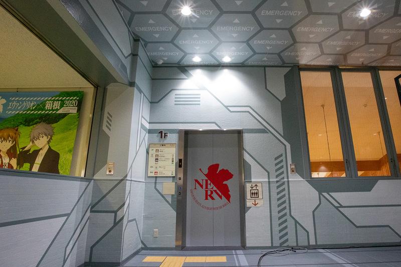 エレベーターの扉にもNERVのロゴ