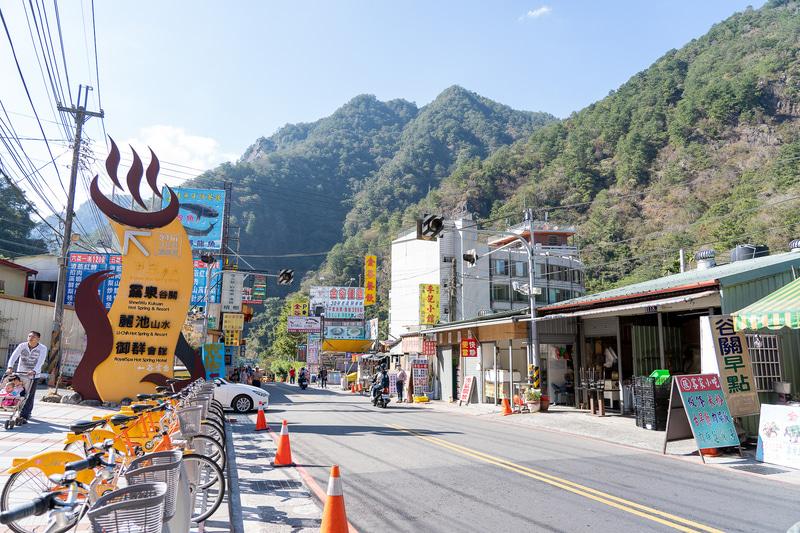 日本のどこかにもありそうな風景の谷關温泉。メインストリートは星のやグーグァンから800mほど。のんびり歩いて20分くらいです