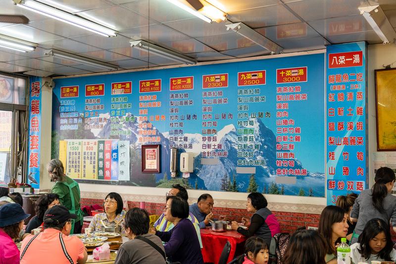 お昼どきは地元の人や観光客で大賑わいでした