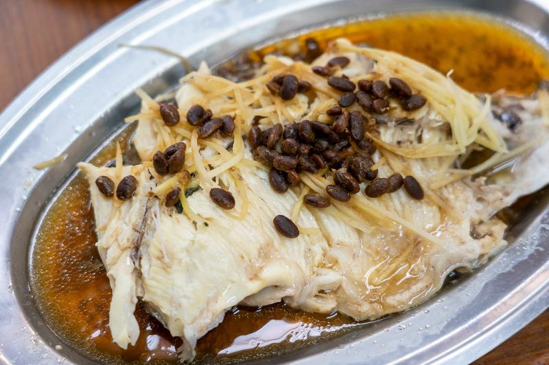 """蒸しチョウザメは500台湾ドル(約1800円、1台湾ドル=約3.6円換算)。上に乗っているのは中華料理などで調味料として使われる大豆の発酵食""""豆チ"""""""