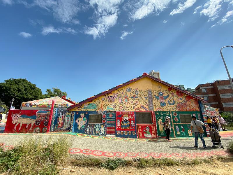 カラフルな絵で埋め尽くされている彩虹眷村(レインボービレッジ)は台中市の東側にあります