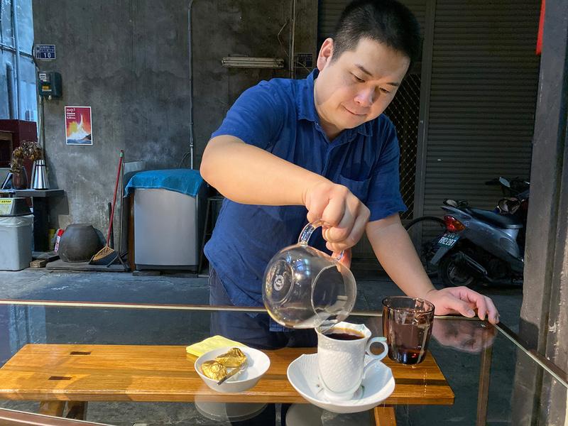 こだわりのコーヒーをいれる気さくだけれどシャイなオーナーさん