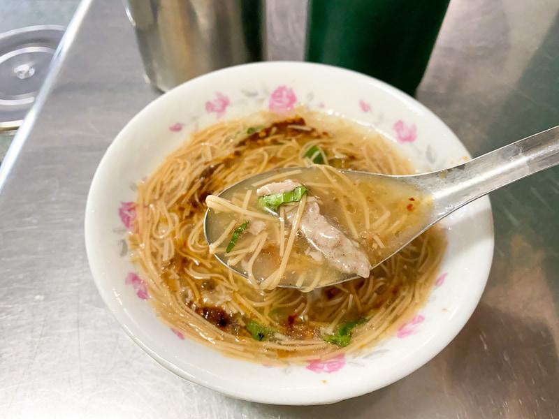 肉羹麺線。コシ0%の麺をレンゲですすって食べます。飲んだあとに食べたいお味。怪しい緑色の調味料には酢