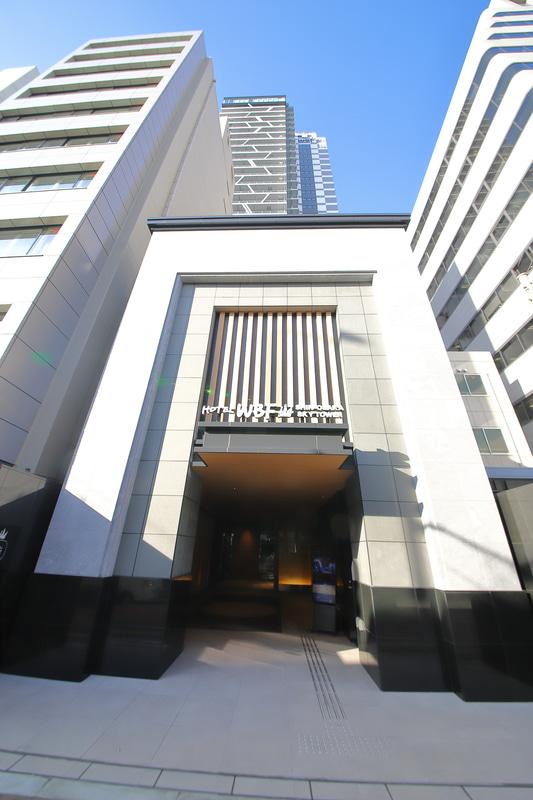 凱旋門のようにも日本の城郭建築の櫓門のようにも見える重厚なエントランス