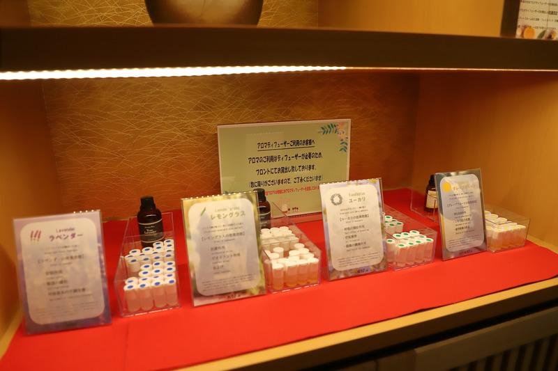 エレベーター前には部屋で使える入浴剤とアロマオイルが置かれている。アロマディフューザーはフロントで借りられる(数量限定)